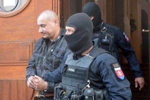 Obvinený Tomáš Sz. (vľavo) po výsluchu štvorice obvinených na Špecializovanom trestnom súde v Banskej Bystrici.