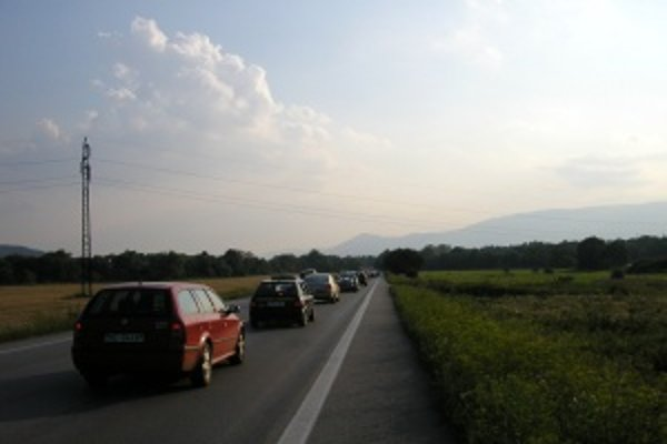Kolóna v obci Ivachnová cestujúcich zdrží najmenej hodinu.
