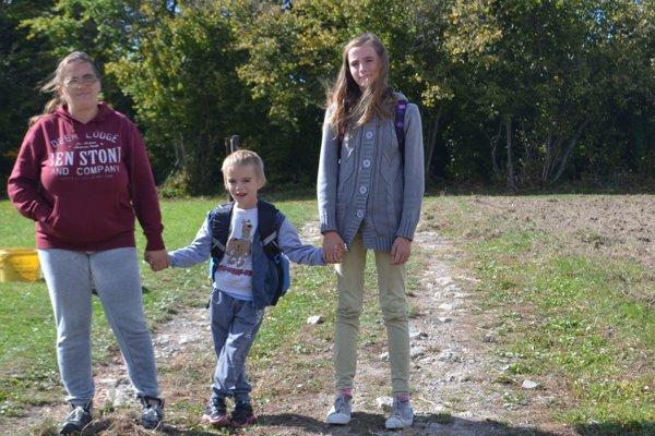 Mama Anka sa s deťmi vracia zo školy v Hriňovej.
