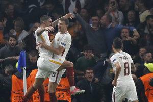 Aleksandar Kolarov (vľavo) a Edin Džeko sa spoločne tešia so streleného gólu.