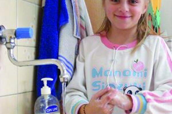 Ruky by sme si mali umývať pod tečúcou vodou minimálne 30 sekúnd.