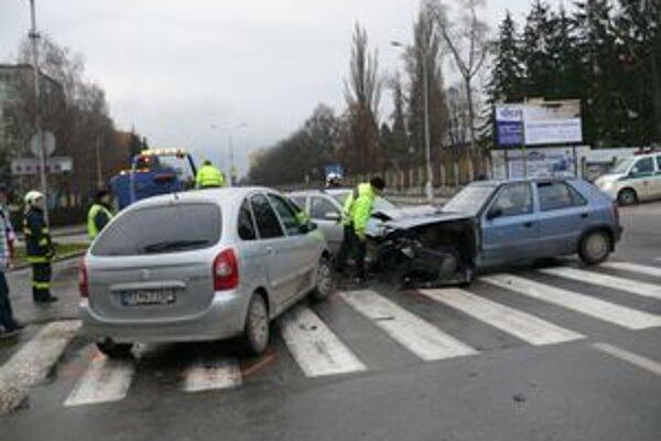 Nehoda pri Martimexe. Ľahšie sa pri nej zrazili štyria ľudia.