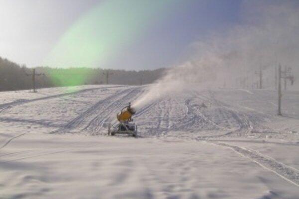 Snežné delo v plnom nasadení. Aj vo Valčianskej doline pomáhala pri príprave zjazdoviek moderná technika.