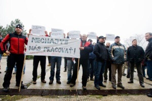 Štrajkujúci pred budovou Ministerstva dopravy, pôšt a telekomunikácií 30. decembra 2009.