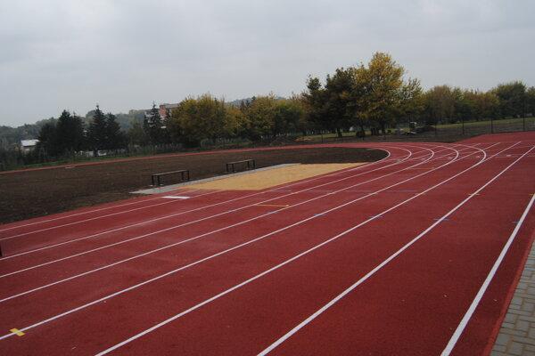 Tristometrový atletický ovál.