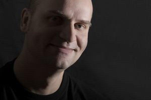 """Spisovateľ, bloger, cestovateľ a hudobník Pavel """"Hirax"""" Baričák."""