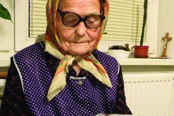 Storočná Elena Škvarková - sluch i pamäť jej už tak neslúžia, no zrak áno. Písmená v knihách a novinách by prijala väčšie.