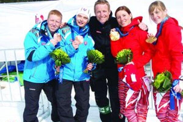 Zberatelia medailí zľava Martin Makovník, Miroslav Haraus, Branislav Mažgút, Henrieta Farkašová a Natália Šubrtová.
