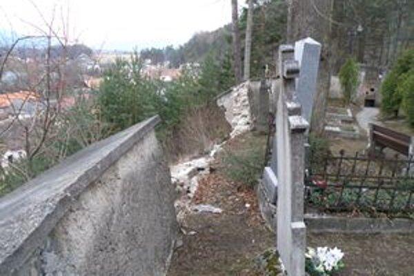 Takto vyzeral múr cintorína tesne po páde.