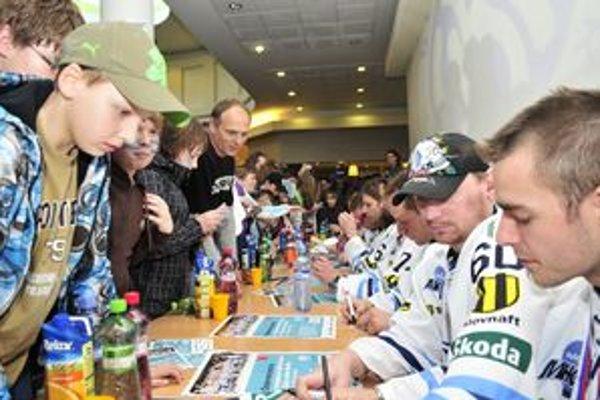 V Martine sa v piatok popoludní oslavoval bronz hokejistov. Ľudia mali najväčší záujem o ich podpisy.
