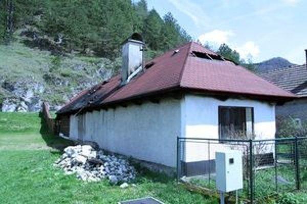 Smutný pohľad. Rodina nedávno robila na dome novú strechu, teraz ho zrejme zbúrajú.