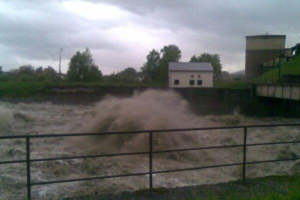 Vypúšťanie vody z krpelianskej nádrže do starého koryta pri Nolčove bolo dramatické.
