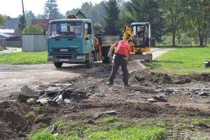 Pred bytovým domom začali svybúraním pôvodných betónových obrubníkov, ktoré boli už vzlom stave.