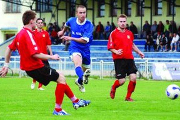 Jozef Koleno (v modrom) spoza šestnástky jemne napriahol a bolo 1:0 pre Aquu. Tepličania však nakoniec nevyhrali.