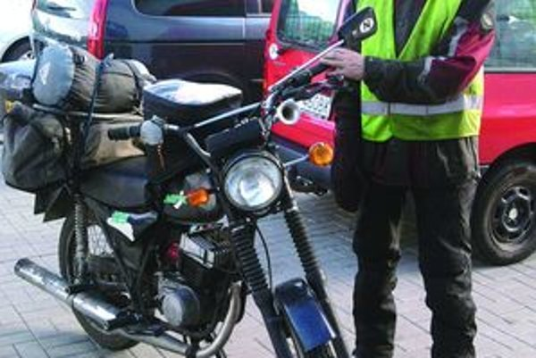 Ed LarsenÚtly nórsky motorkár s podlomeným zdravím vzbudil medzi turčianskymi motorkármi rozruch, radi mu však pomohli. FOTO: ARCHÍV PP