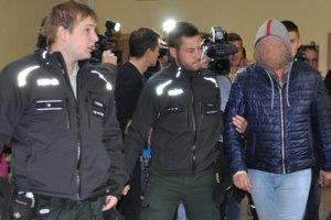 Policajti predvádzajú pred sudcu poľského vodiča Porsche.