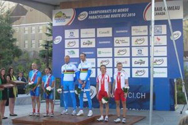 Dekorácia víťazov. Bola medzi nimi aj slovenská dvojica Janoviak – Mitošinka (vľavo).