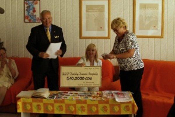 Symbolický šek na desaťtisíc kanadských dolárov (7450 eur)si dnes prevzala riaditeľka Detského domova v Necpaloch Janka Žilinská.