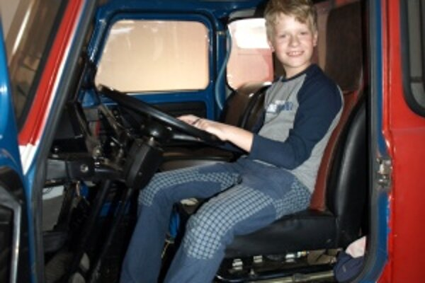 Martinko Fúčela. V hasičskom aute si obzrel výbavu, vyskúšal si aj posed za volantom.