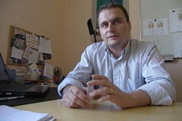 Riaditeľ Jozef Sopoliga o probléme vie, zatiaľ ho rieši výmenou poradia ročníkov na obedoch.