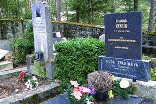 Aj ľudia vo Folkušovej idú na hrob známeho herca a speváka Františka Zvaríka zapáliť sviečku.
