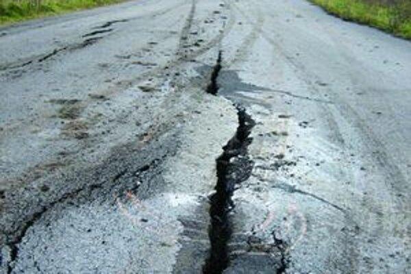 Toto dokázala voda. Situácia sa zopakovala po niekoľkých rokoch, cesta potrebuje komplexnú opravu.