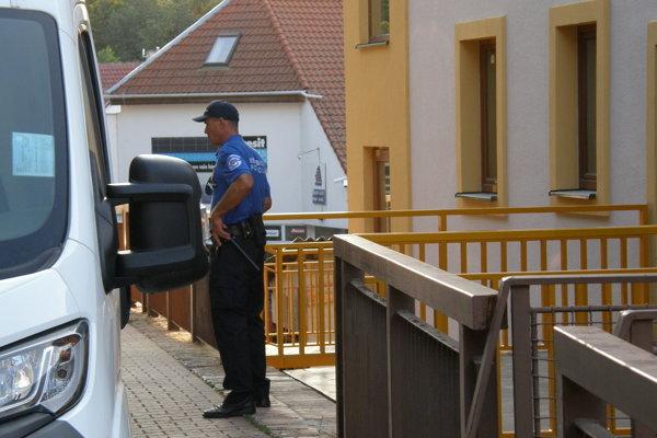 Na doplnenie zábradlia pred nepovolenou novostavbou dohliadala mestská polícia.