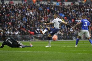 Hráč Tottenhamu Eric Dier (v strede) skóruje do siete Cardiffu City.