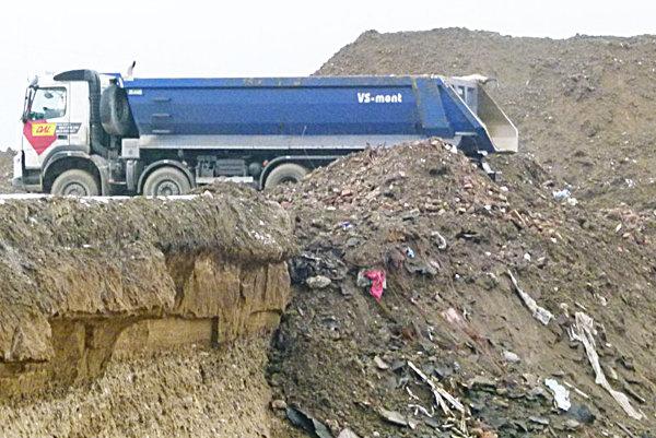 V kopách hliny bol aj odpad.