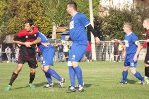 Futbalisti Plavých Vozokán doma vrámci desiateho kola hostili lídra tabuľky zTlmáč.
