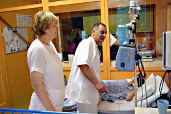 Primár Igor Steiner prehliada pacienta a kontroluje nový prístroj.
