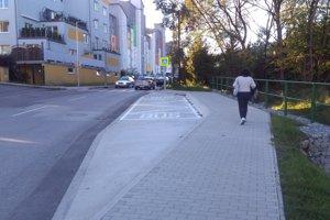 Na novovybudovanú zastávku sa autobusy nevedia dostať.