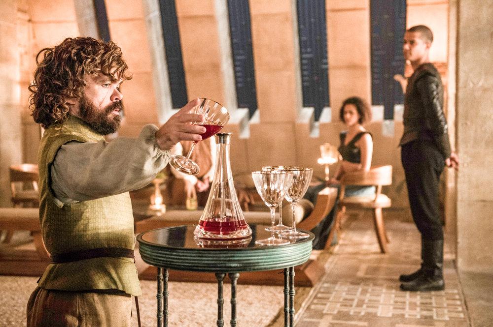 Peter Dinklage ako Tyrion Lannister. Stal sa poradcom novej kráľovnej.