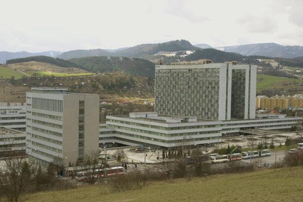 Stred areálu Nemocnice s poliklinikou F. D. Roosewelta na Námestí Ludvíka Svobodu v Banskej Bystrici.