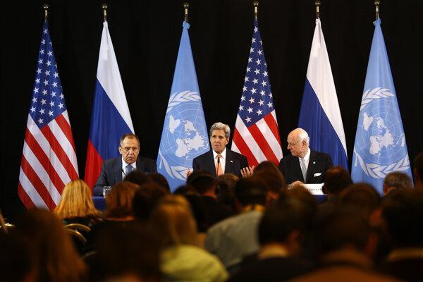 Šéfovia americkej a ruskej diplomacie John Kerry a Sergej Lavrov a osobitný vyslanec OSN pre Sýriu Staffan de Mistura na tlačovej konferencii po stretnutí Medzinárodnej sýrskej podpornej skupiny, ktorá rokovala o kríze v Sýrii.