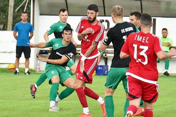 Futbalisti Nededu (v zeleno-čiernych dresoch) natiahli sériu bez prehry už na štyri kolá.