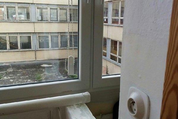 Niektoré okná kolidujú spriečkami. Niektorí poslanci nechápu, prečo radnica zvolila takýto postup rekonštrukcie.