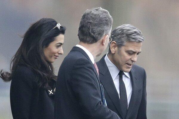 Manželia Clooneyovci v sprievode Christoph Heusgena, Merkelovej poradcu pre zahraničnú politiku