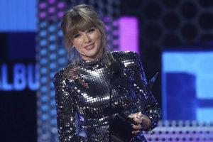 Taylor Swift pri preberaní American Music Awards