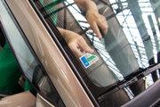 Okrem nálepiek na okne musí vodič preukázať absolvovanie STK a EK aj kartičkami.