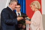 Mária Koreňová si preberá ocenenie z rúk ministra práce Jána Richtera.