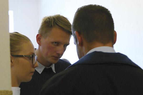 Poliak  Lukasz K. (uprostred) odchádza po verejnom zasadnutí na Krajskom súde 10. októbra 2018 v Žiline.