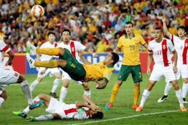 Na snímke uprostred austrálsky útočník Tim Cahill strieľa nožničkami gól vo štvrťfinále Ázijského pohára vo futbale Čína - Austrália (0:2) - ilustračná fotografia