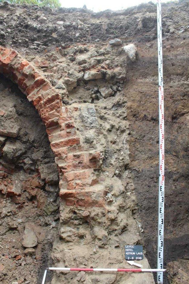 Odkrytý pivničný múr skúmali archeológovia.