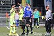Moment zo zápasu Žiliny so Senicou. Viktor Pečovský strieda Ivana Diaza a nastupuje na svoj 405. zápas v najvyššej slovenskej súťaži.