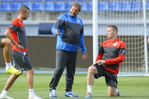 Stanislav Šesták (vľavo) veľmi rád spomína na reprezentačné obdobie pod vedením trénera Jána Kozáka (v strede).