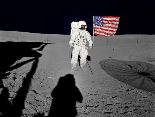 Edgar pózuje pri americkej zástave. Odfotil ho Alan Shepard.