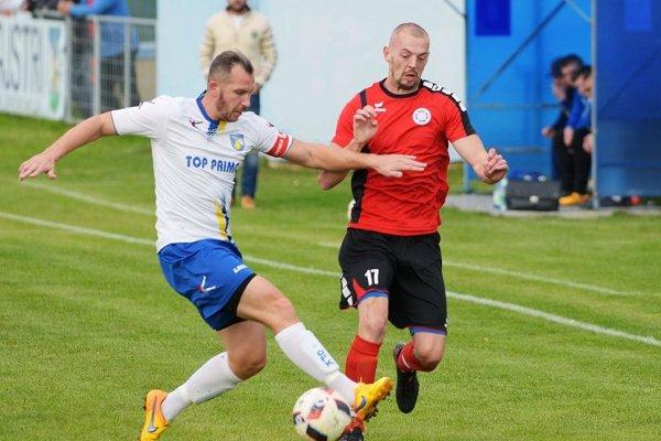 Marek Sperka (vpravo) rozhodol dvoma gólmi o výhre Kozároviec v H. Obdokovciach. Snímka je zo zápasu s Hrušovanmi, vľavo Peter Slíž.