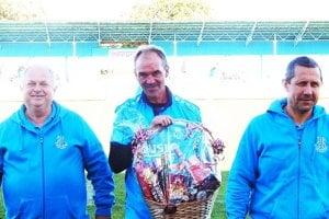 Zľava manažér FK Duslo Ladislav Jaroš, oslávenec Pavol Raska a prezident FK Duslo Šaľa Marián Krištof.