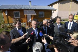 Predseda vlády SR Peter Pellegrini (druhý zľava) spoločne s generálnym tajomníkom Rady Európy Thorbjornom Jaglandom (v strede) počas tlačovej konferencie po návšteve bývalej rómskej osady v obci Spišský Hrhov